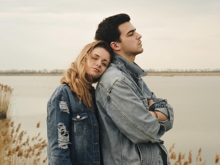 Фото №1 - (Не) единственная моя: 6 тревожных сигналов, что ваш партнер все еще в «активном поиске»