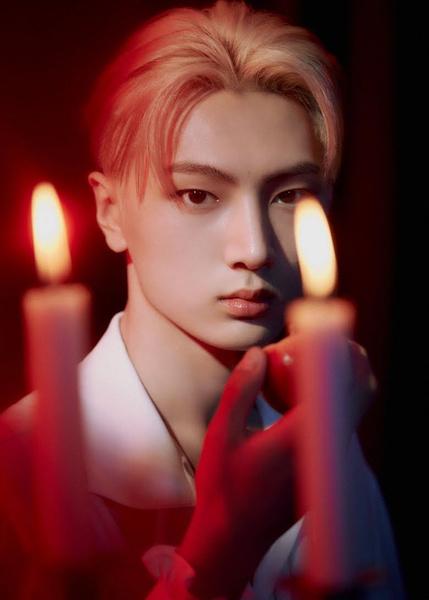 Фото №4 - Эти 7 k-pop айдолов стали бы самыми сексуальными вампирами 💦