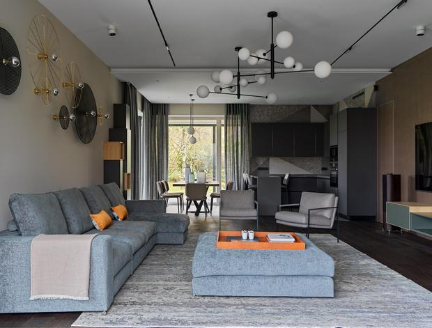 Фото №1 - Дом в Подмосковье 250 м² с камином и большими окнами