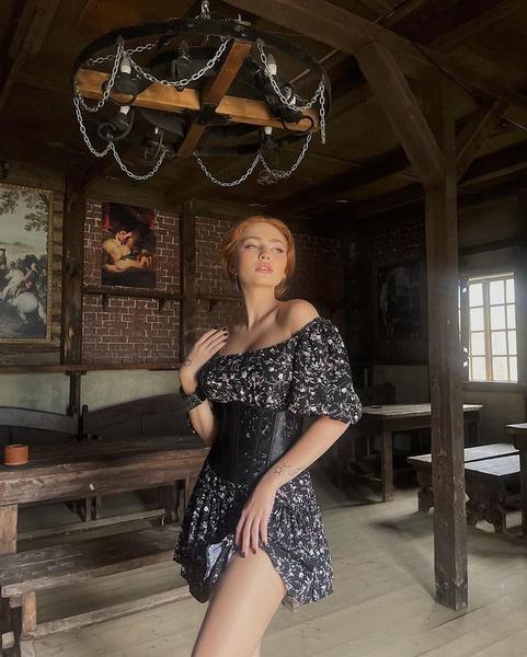 Фото №1 - Как носить платье с корсетом: учимся у Ренаты Ри