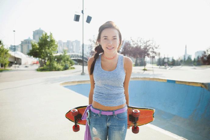 Подросток со скейтбордом в парке