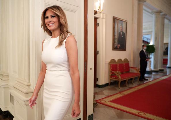 Фото №1 - Когда белый невероятно стройнит: Мелания Трамп в платье-футляре, в котором нет ничего лишнего
