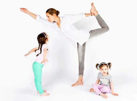 Мама занимается йогой в компании дочерей