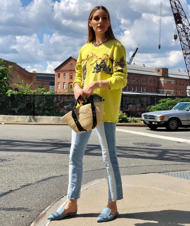 Фото №2 - Лимонный джемпер с летучими мышами и полосатые джинсы: Оливия Палермо показала яркий образ для летней прогулки