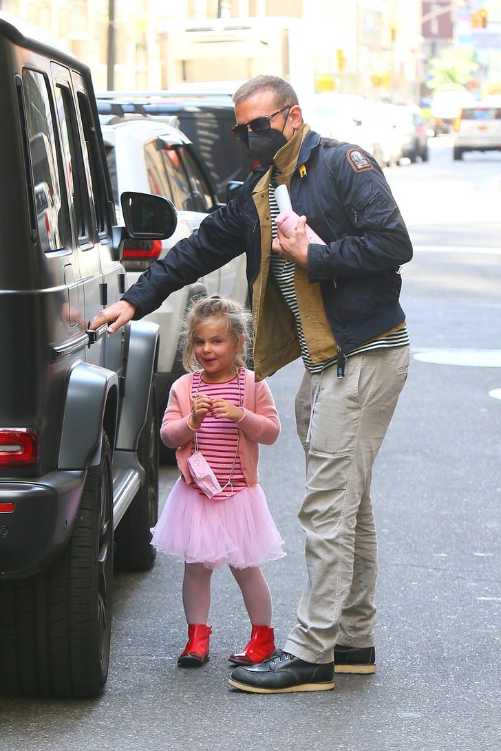 Фото №2 - По четвергам принцессы носят тельняшки: очень милая Лея Купер Шейк в компании звездного папы