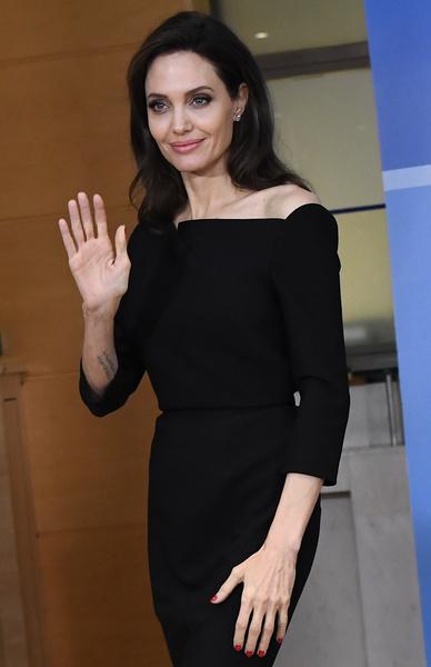 Фото №1 - Снова депрессия? Анджелина Джоли оделась в черное накануне Дня матери