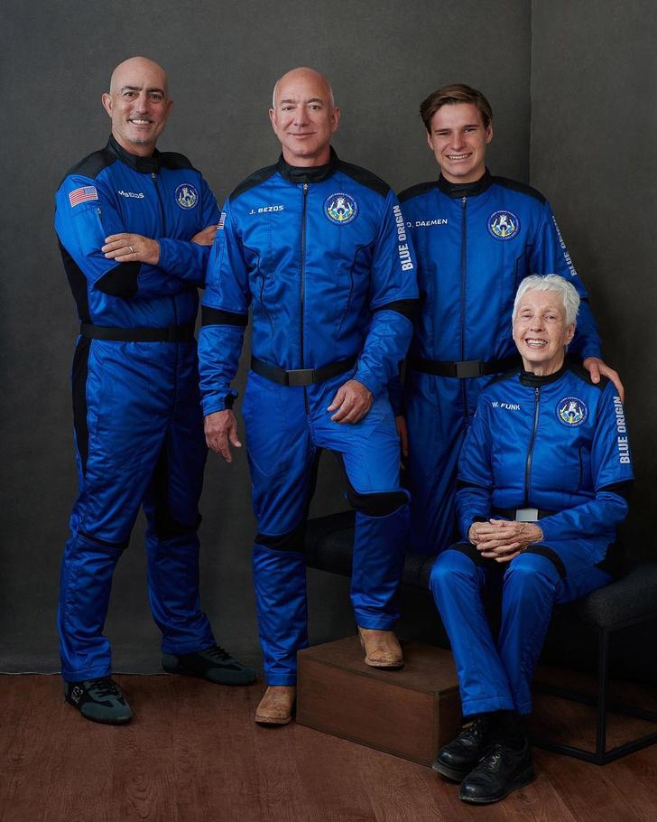 Фото №2 - Джефф Безос слетал в космос на корабле New Shepard