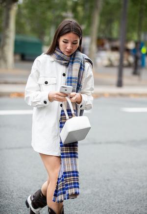Фото №8 - Как носить объемный шарф и не утонуть в нем: 6 модных приемов