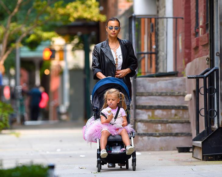 Фото №3 - На прогулке как на подиуме: Ирина Шейк с дочкой в Нью-Йорке