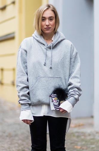 Фото №12 - С чем носить объемное худи: 8 стильных сочетаний с главной вещью года