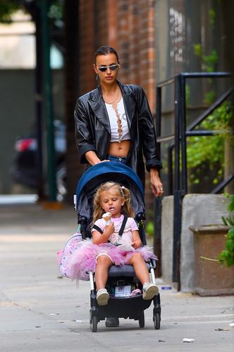 Фото №1 - На прогулке как на подиуме: Ирина Шейк с дочкой в Нью-Йорке