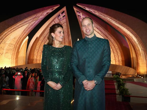 Фото №3 - Герцогиня Сенсация: как первый зарубежный тур Кейт изменил отношение британцев к ней