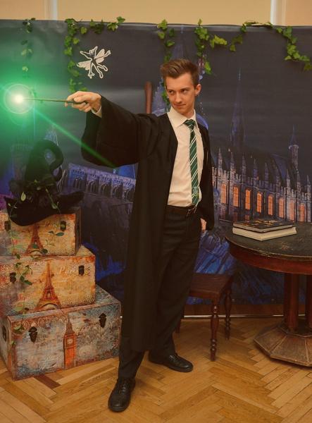 Фото №2 - Как в «Гарри Поттере»: преподаватель химии из Екатеринбурга ведет уроки в слизеринской мантии