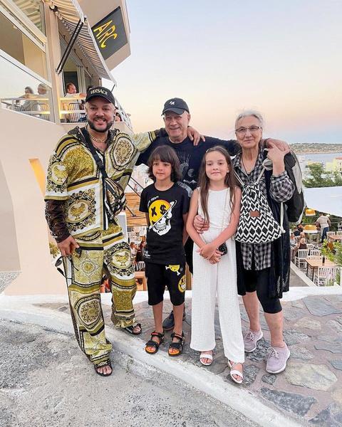 Фото №1 - Киркоров показал редкое фото с родными дядей и тетей