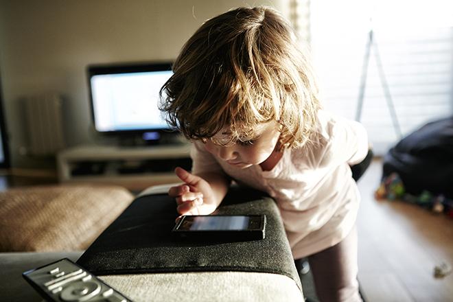 Фото №2 - Как отвлечь ребенка от гаджета: советы психолога