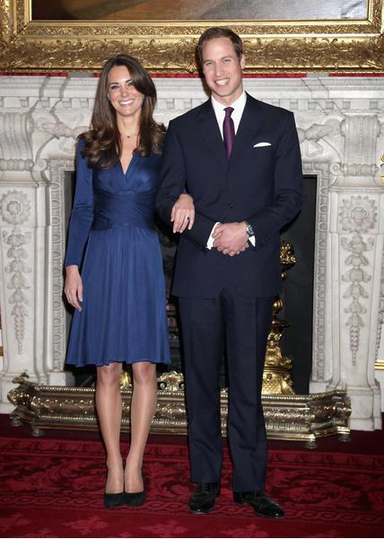 16 ноября было объявлено о долгожданной помолвке принца Уильяма и Кейт Миддлтон— спустя восемь лет! Наследник престола подарил своей любимой кольцо покойной матери, принцессы Дианы