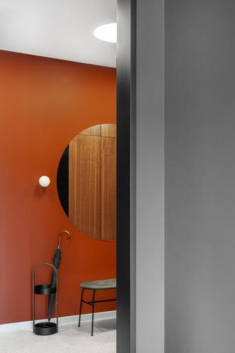 Фото №6 - Черный интерьер с теплыми терракотовыми акцентами: квартира 100 м²