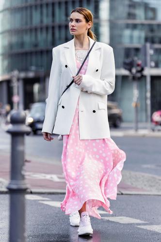 Фото №14 - Какие платья можно носить с кроссовками: советы стилиста
