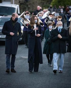 Фото №2 - Кремовый свитер, двубортное пальто и фирменная «цветочная» маска: новый образ Кейт Миддлтон