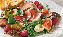 Салат с малиной и моцареллой