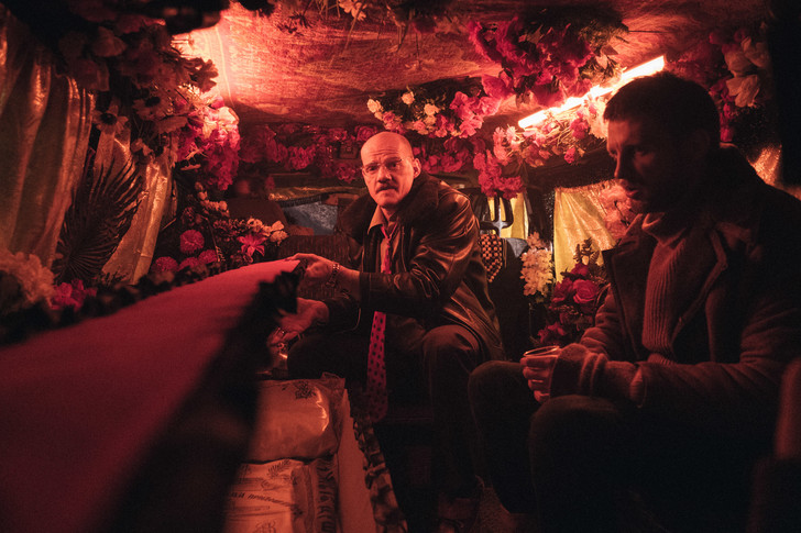 Фото №1 - MAXIM рецензирует самый обсуждаемый российский фильм года «Петровы в гриппе»