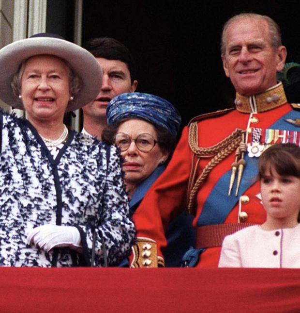 Фото №3 - «Мы все скучаем по тебе»: принцесса Евгения опубликовала редкие снимки принца Филиппа из семейного архива