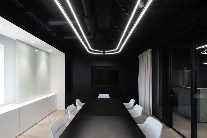 Фото №14 - Стильный монохромный офис цвета смолы в Санкт-Петербурге