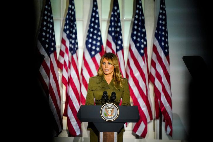 Фото №3 - Карточный домик: Мелания Трамп собирается издать мемуары о жизни в качестве первой леди