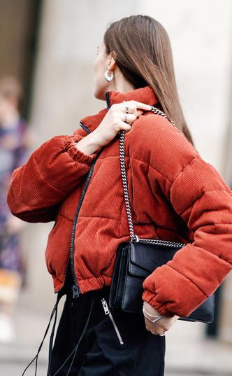 Фото №15 - Как выглядеть женственно в пуховике: модные уловки и идеи