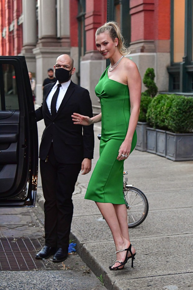 Фото №2 - Платье-комбинация на одно плечо— новая версия классики. Показывает Карли Клосс