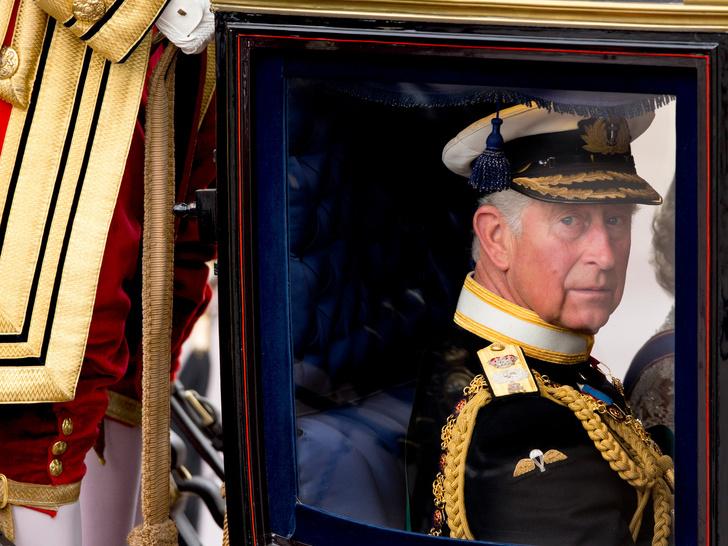 Фото №2 - Чарльз забирает Арчи в Лондон, а Королева передает власть Камилле: 5 новых (и очень странных) слухов о Виндзорах