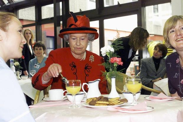 Фото №10 - Завтрак в одиночестве, 300 писем в день и ванна вместо чая: как проходит обычный день Елизаветы II