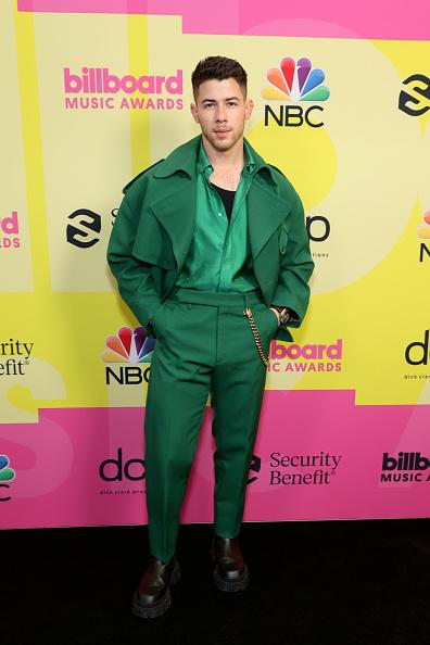 Фото №1 - Чистый изумруд: лучший мужской образ на Billboard Music Awards 2021— костюм Ника Джонаса