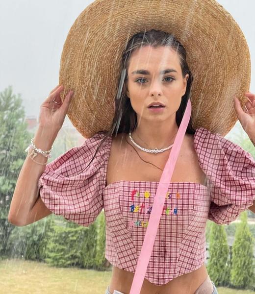 Фото №3 - Топ с объемными рукавами и соломенная шляпа: идеальный лук на лето от Махи Горячевой