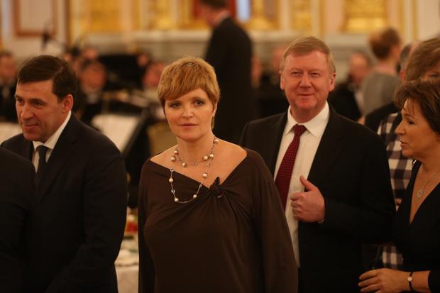 Фото №1 - Похорошела при Чубайсе: Дуня Смирнова продолжает цвести и молодеть в браке с чиновником