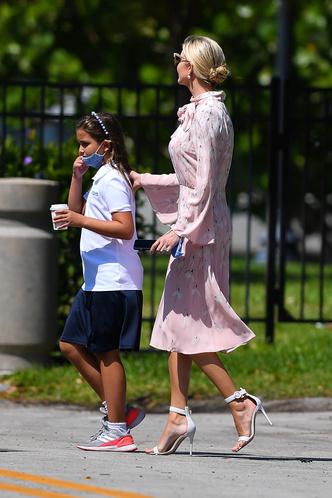 Фото №2 - Сезон цветения сакуры: Иванка Трамп в нежно-розовом платье Valentino