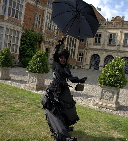 Фото №1 - Netflix анонсировал сиквел «Энолы Холмс»! Доказательство— Милли Бобби Браун в шикарном платье ✨