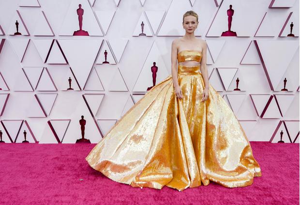 Фото №4 - Самые стильные образы с премии Оскар 2021 🌟
