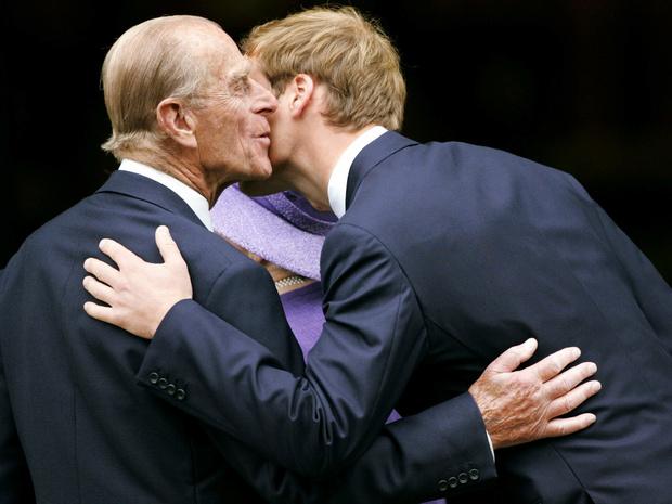 Фото №1 - Неожиданная опора: как принц Филипп поддерживал внуков после гибели Дианы