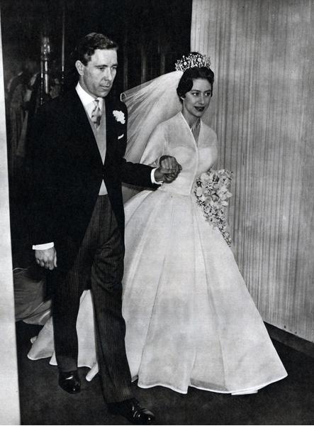 Фото №8 - Самые знаменитые свадебные платья Виндзоров: неудачные, смелые и даже бодипозитивные