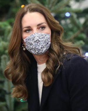 Фото №4 - Кремовый свитер, двубортное пальто и фирменная «цветочная» маска: новый образ Кейт Миддлтон