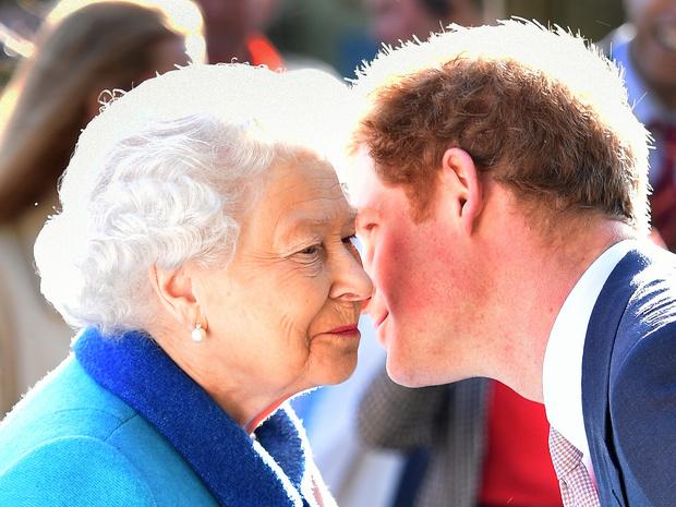 Фото №1 - Жестокий юмор: как принц Гарри пошутил над Королевой (но она не оценила)