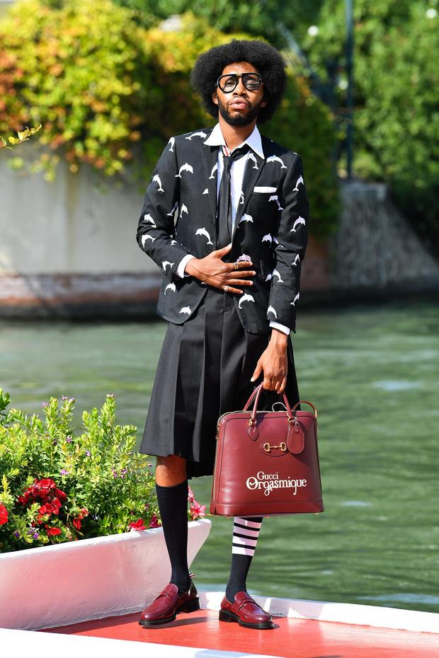 Фото №2 - Трое гостей Венецианского кинофестиваля развенчивают миф о том, что мужская мода— это скучно