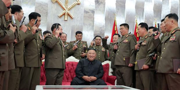 Фото №1 - История одного фото: Ким Чен Ын и его верные пистолеты