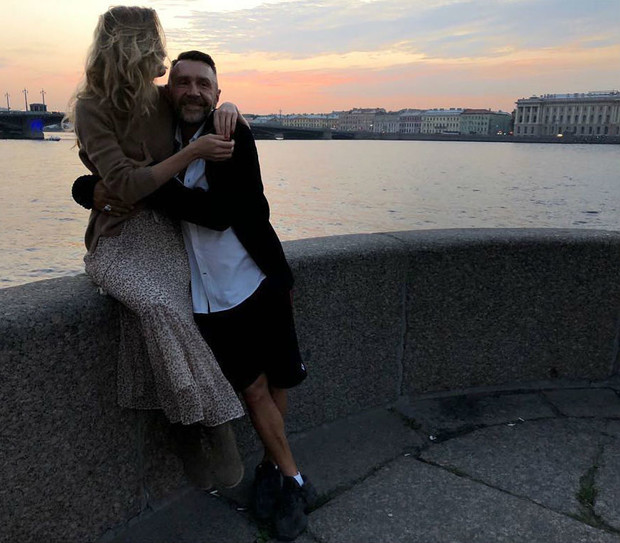 Фото №1 - Сергей Шнуров подарил новой жене часы за 1,5 млн рублей