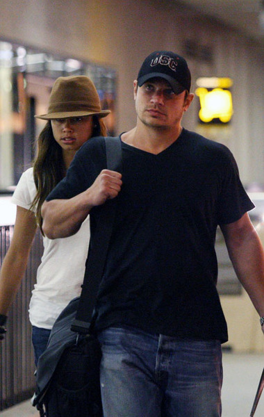 Ник и Ванесса в аэропорту