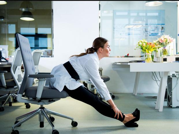 Фото №7 - Для самых занятых: разминка, которую можно делать, не вставая со стула (почти)