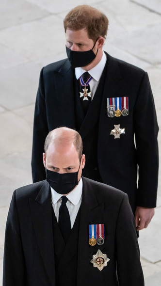 Фото №5 - Напряжение и прощение: о чем говорит язык тела Гарри и Уильяма на похоронах принца Филиппа