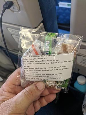Фото №4 - Мама раздала пассажирам самолета подарки от сына-грудничка