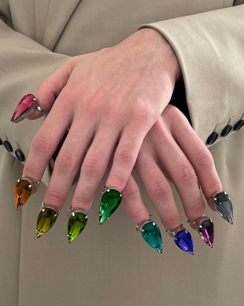Фото №1 - Кольца вместо лака для ногтей— странный, но эффектный бьюти-тренд из Инстаграма
